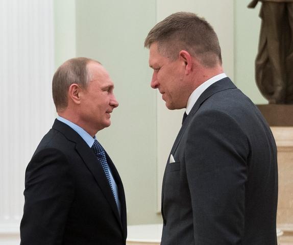 Na snímke ruský prezident Vladimir Putin (vľavo) a slovenský premiér Robert Fico