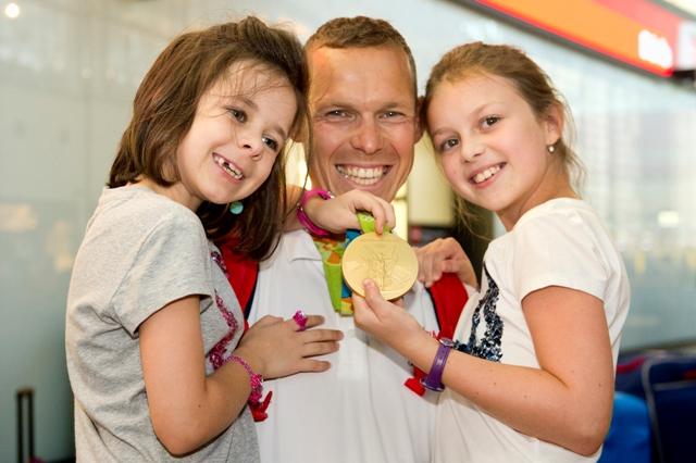 Na snímke zlatý chodec z OH 2016 v Riu de Janeiro Matej Tóth s dcérami Emmou a Ninou (vľavo) po prílete na letisko v rakúskom Schwechate