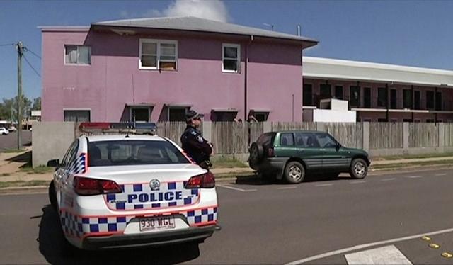 Policajt stojí pred hostelom Shelley's Backpackers v mestečku Home Hill na severe austrálskeho štátu Queensland, v ktorom  francúzsky občan ubodal na smrť mladú britskú turistku a zranil ďalších dvoch ľudí