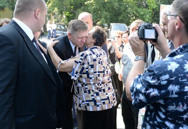 Výjazdové rokovanie vlády SR v Trebišove 24. augusta 2016. Na snímke predseda vlády SR Robert Fico sa zdraví s občanmi