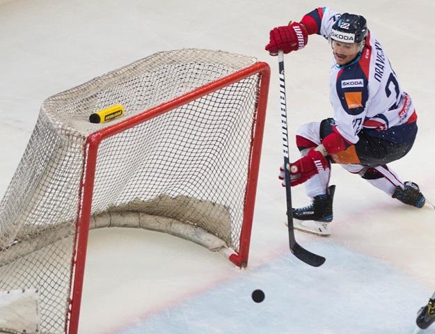 Na snímke Vladimír Dravecký (Slovensko) strieľa gól do prázdnej brány v medzištátnom prípravnom hokejovom zápase Rakúsko - Slovensko