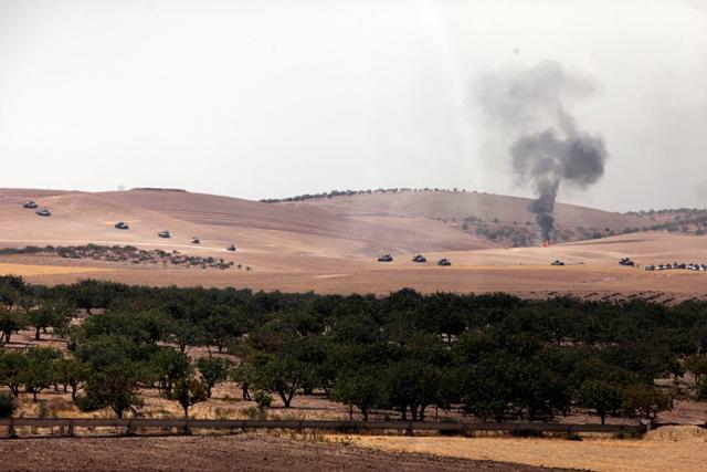 Turecké tanky sa presúvajú k hranici so Sýriou v tureckom meste Karkamis 24. augusta 2016