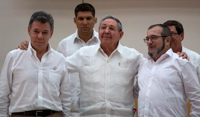 "Na snímke kubánsky prezident Raúl Castro (uprostred), kolumbijský prezident Juan Manuel Santos (vľavo) a veliteľ Revolučných ozbrojených síl Kolumbie (FARC) Timoleon Jimenez, známy ako ""Timošenko"""