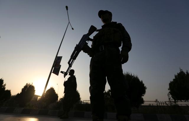 Afganskí vojaci hliadkujú po streľbe na súkromnej americkej univerzite v afganskej metropole Kábul