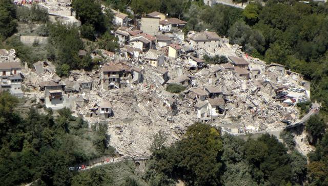 Na leteckej snímke z 24 augusta vidno rozsah škôd v mestečku Pescara del Tronto, v jednom z najviac postihnutých miest po nočnom zemetrasení
