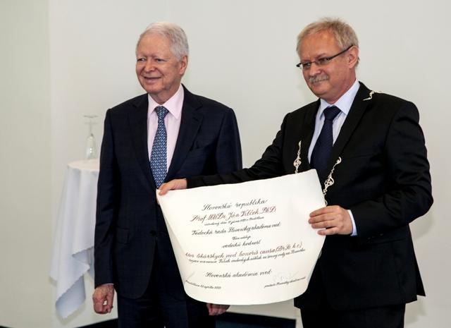 Na snímke profesor Ján Vilček (vľavo), ktorému slávnostne udelili vedeckú hodnosť doktor biologických vied honoris causa. Vpravo podpredseda SAV Karol Marhold