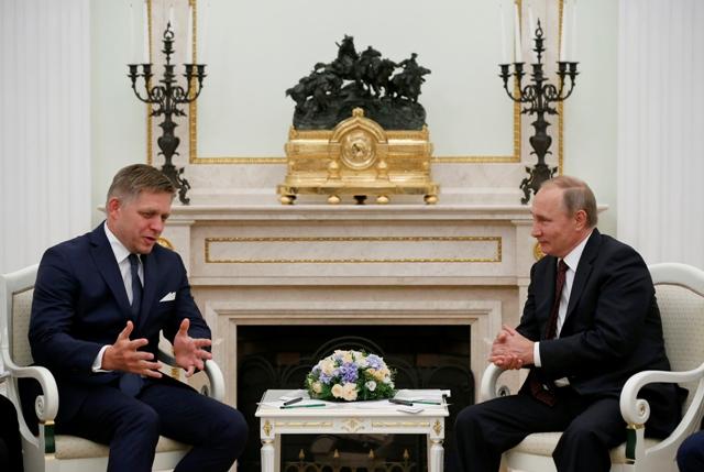 Na snímke ruský prezident Vladimir Putin (vpravo) a sloveský premiér Robert Fico počas stretnutia v moskovskom Kremli