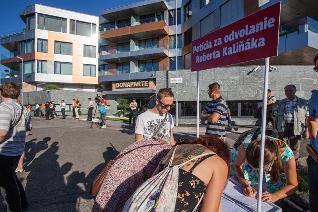 Na snímke podpisovanie petície za odvolanie ministra vnútra SR Roberta Kaliňáka počas 8. protestu proti zlodejom v politike pred luxusným komplexom Bonaparte v Bratislave 8. augusta 2016
