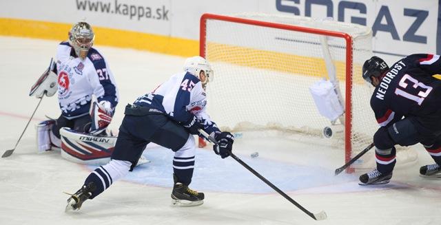 Na snímke sprava strieľa gól Václav Nedorost (Slovan), Arťom Aljev a brankár Ivan Kasutin (obaja Novgorod) v zápase hokejovej KHL Slovan Bratislava - Torpedo Nižnij Novgorod
