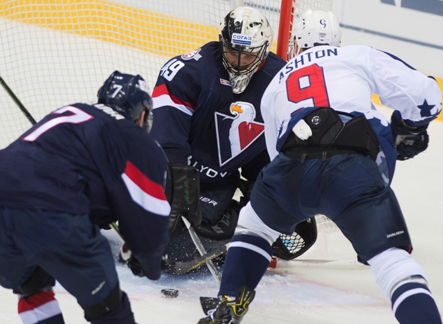 Na snímke zľava Marek Ďaloga, Justin Pogge (obaja Slovan) a Carter Ashton (Novgorod) v zápase hokejovej KHL Slovan Bratislava - Torpedo Nižnij Novgorod