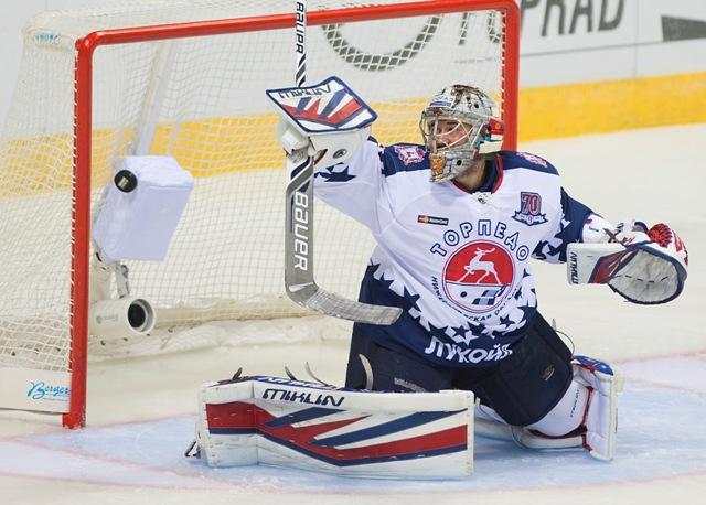 Na snímke prekonaný brankár Ivan Kasutin (Novgorod) v zápase hokejovej KHL Slovan Bratislava - Torpedo Nižnij Novgorod