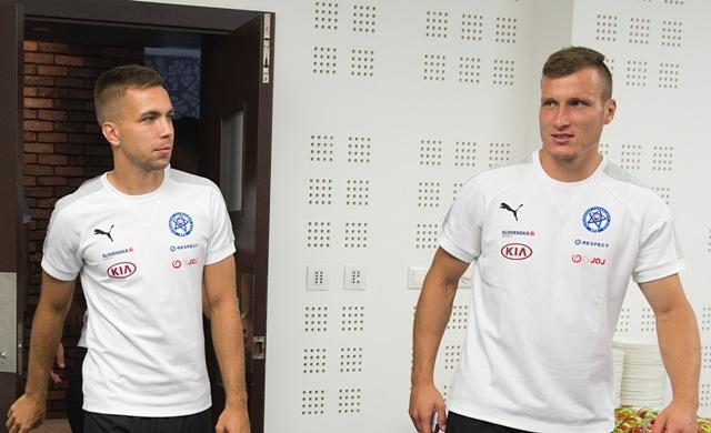 Na snímke slovenskí futbaloví reprezentanti vľavo Jakub Považanec a vpravo Lukáš Štetina