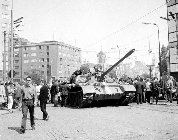 Dokumentárne snímky z Bratislavy 22.augusta 1968, deň po vstupe sovietskych tankov do mesta.  Na snímke Štúrova ulica a Námestie SNP