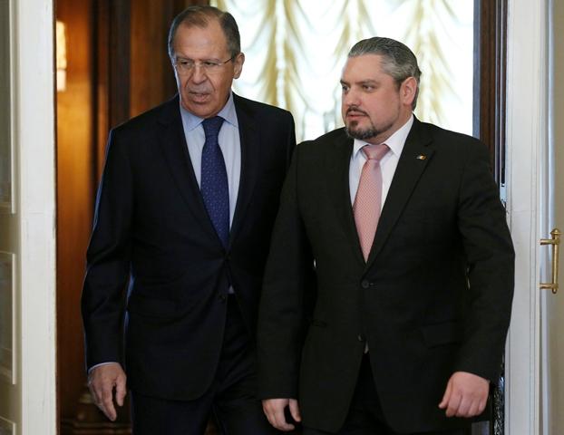 Na snímke vľavo ruský minister zahraničných vecí Sergej Lavrov a vpravo moldavský minister zahraničných vecí a minister pre európsku integráciu Andrei Galbur