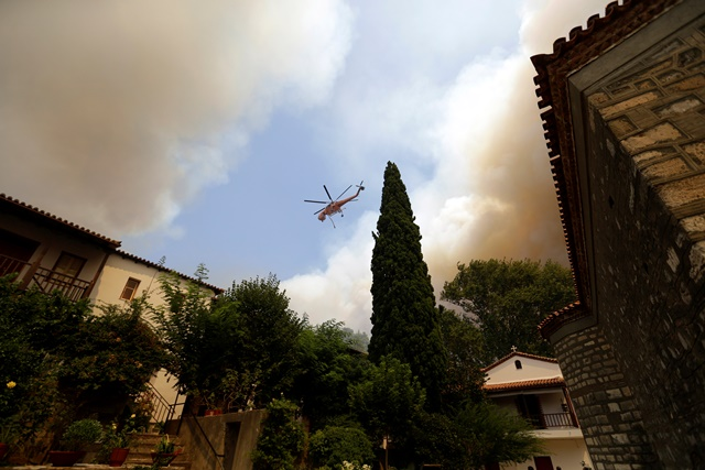 Na sníme dym stúpa na mieste požiaru