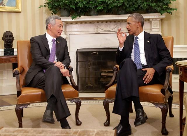 Na snímke americký prezident Barack Obama (vpravo) a singapurský premiér Lee Hsien Loong