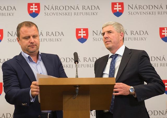 Na snímke vpravo predseda strany Most-Híd Béla Bugár a vľavo Andrej Hrnčiar ako zástupca piatich nezaradených poslancov Národnej rady SR počas tlačovej konferencie na ktorej informovali média o výsledkoch ich spoločného rokovania