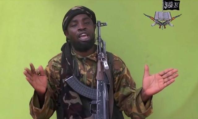 Na snímke z videa je vodca militantnej nigérijskej islamistickej skupiny Boko Haram Abubakar Šekau