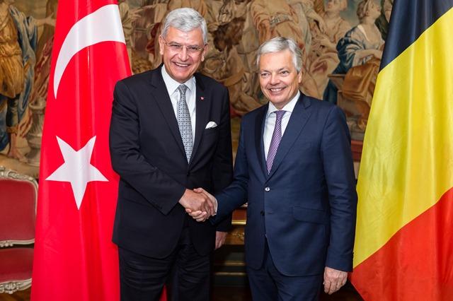 Na snímke vľavo turecký minister pre európske záležitosti Volkan Bozkir a vpravo belgický minister zahraničných vecí Didier Reynders