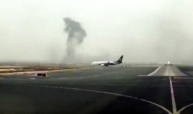 Na snímke dym po núdzovom pristátí lietadla leteckej spoločnosti Emirates smerujúceho z mesta Tiruvanantapuram v Indii  na medzinárodnom letisku v emiráte Dubaj