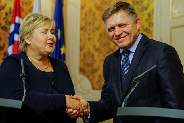 Na snímke predseda vlády SR Robert Fico (vpravo) prijal predsedníčku vlády Nórskeho kráľovstva Ernu Solbergovú (vľavo), ktorá pricestovala na oficiálnu návštevu Slovenskej republiky