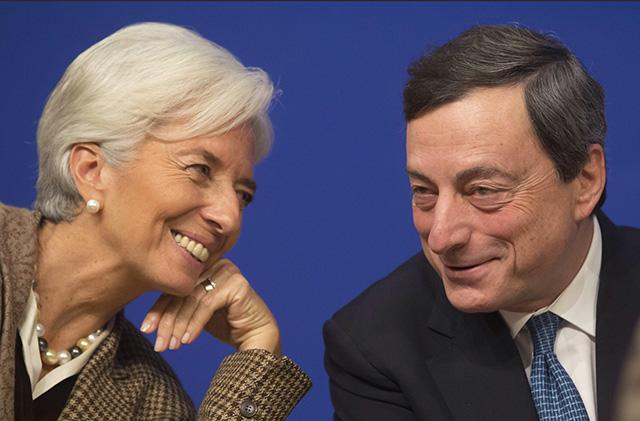Šéfka Medzinárodného menového fondu Christine Lagardeová (vľavo) sa rozpráva s prezidentom Európskej centrálnej banky (ECB) Mariom Draghim.