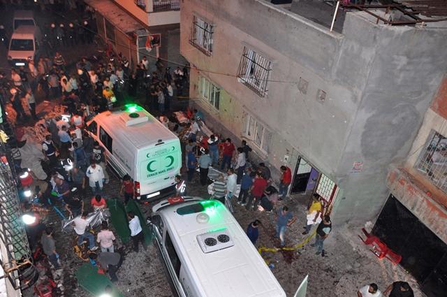 Ľudia odnášajú mŕtve telá do sanitiek po explózii v tureckom Gazientape