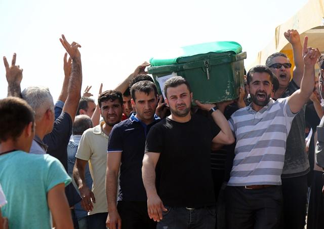 Na snímke ľudia sa zúčastňujú pohrebu obetí, ktoré zahynuli počas večernej explózie v tureckom Gazientape