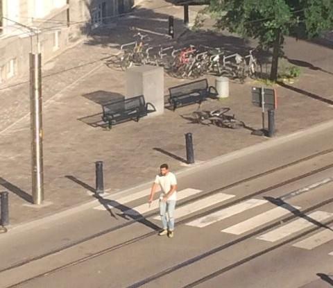 Na snímke muž s pištoľou v ruke