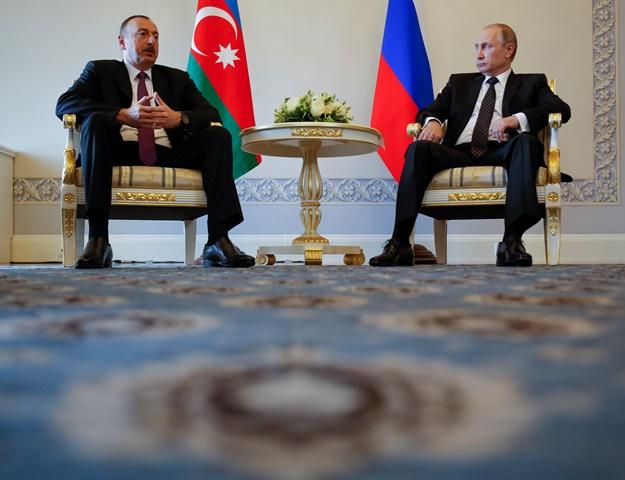 Na snímke  azerbajdžanský prezident Ilham Alijev (vľavo) a ruský prezident Vladimir Putin