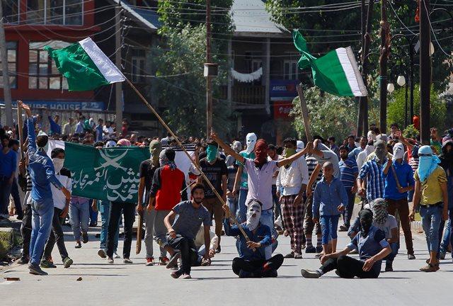Na snímke zamaskovaní kašmírski demonštranti