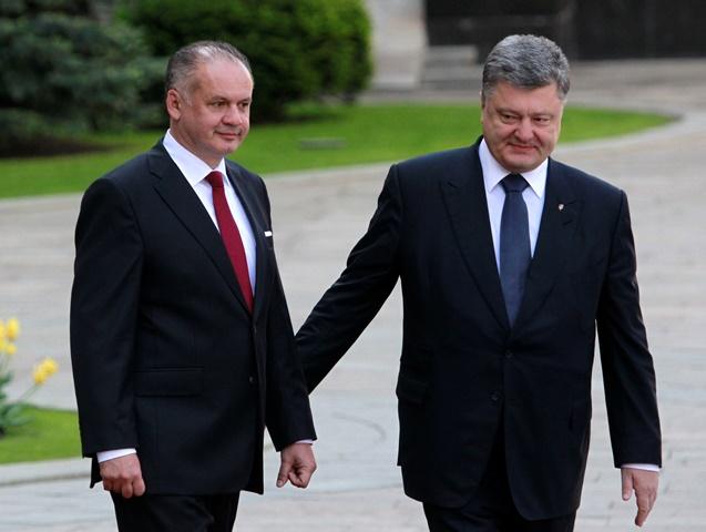 Na snímke  ukrajinský prezident Petro Porošenko (vpravo) víta slovenského prezidenta Andreja Kisku