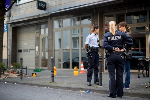 Na snímke policajtky hliadkujú na mieste incidentu