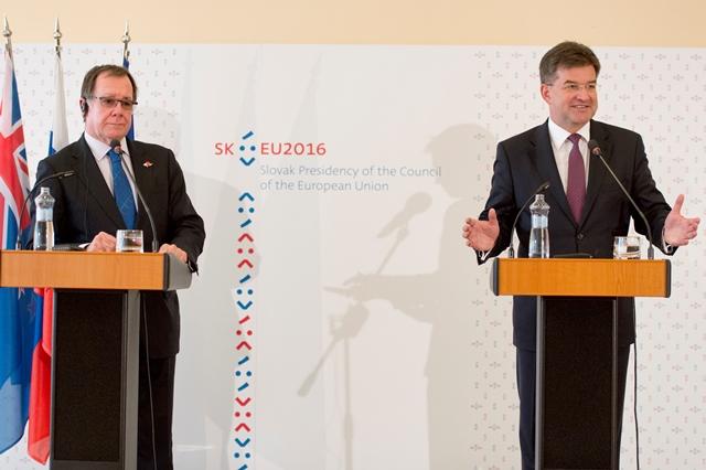 Na snímke minister zahraničných vecí a európskych záležitostí SR Miroslav Lajčák (vpravo) a minister zahraničných vecí Nového Zélandu Murray McCully (vľavo)