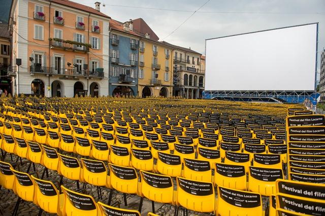 Pohľad na námestie Piazza Grande s premietacím plátnom a hľadiskom, ktoré sú pripraven na slávnostné otvorenie
