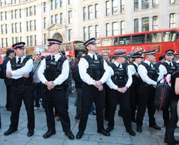 Na snímke policajti v uliciach Londýna