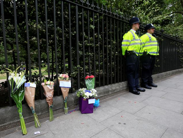 Kvety položené na mieste nočného útoku nožom na Námestí Russell Square v Londýne
