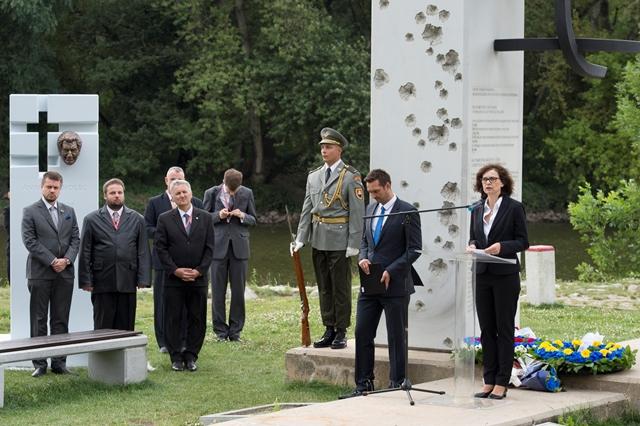 Na snímke vpravo podpredsedníčka vlády a ministerka spravodlivosti SR Lucia Žitňanská a vľavo estónsky minister spravodlivosti Urmas Reinsalu počas spomienkovej slávnosti pri príležitosti Európskeho dňa pamiatky obetí totalitných režimov pri pamätníku Brána slobody pod hradom Devín