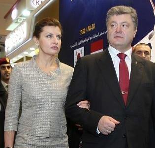 Na snímke ukrajinský prezident Petro Porošenko (druhý zľava) a jeho manželka Mayrna Porošenková