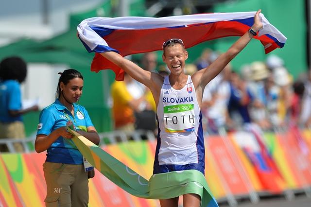 Na snímke slovenský atlét Matej Tóth oslavuje víťazstvo na chodeckých pretekoch na 50 km mužov na letných olympijských hrách v brazílskom Riu de Janeiro