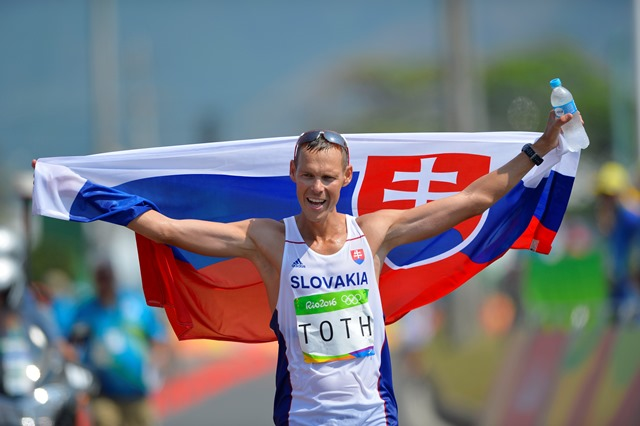 Na snímke slovenský atlét Matej Tóth oslavuje víťazstvo a zisk zlatej olympijskej medaily v cieli  chodeckých pretekov na 50 km mužov na letných olympijských hrách v brazílskom Riu de Janeiro