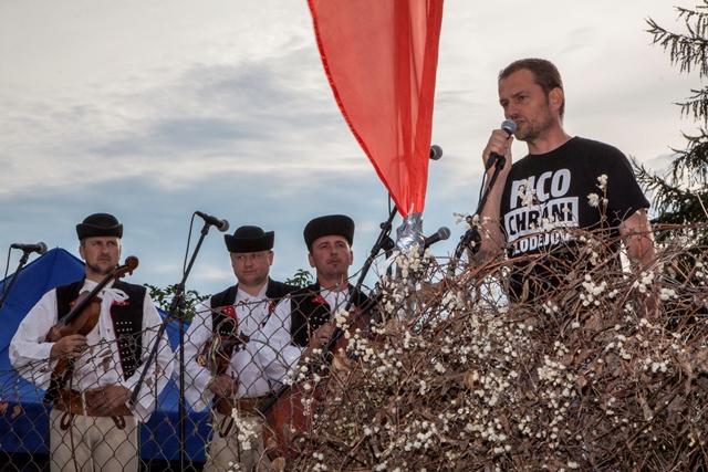 Predseda strany OĽaNO-NOVA Igor Matovič (vpravo) reční počas protestného zhromaždenia občanov pred bytovým komplexom Bonaparte