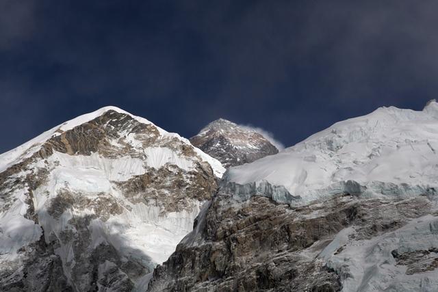 Na snímke pohľad na Mount Everest (uprostred)