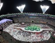 Ohňostroj exploduje na štadióne Maracana, uprostred olympijské kruhy vytvorené zo sadeníc počas otváracieho ceremoniálu na XXXI. letných olympijských hrách v brazílskom Riu de Janeiro