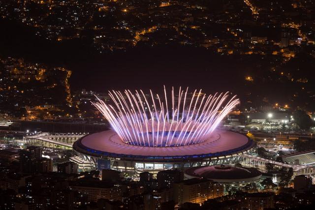 Ohňostroj exploduje nad štadiónom Maracana počas otváracieho ceremoniálu