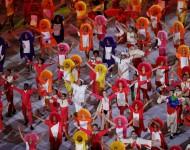 Účastníci vystupujú na otváracom ceremoniáli