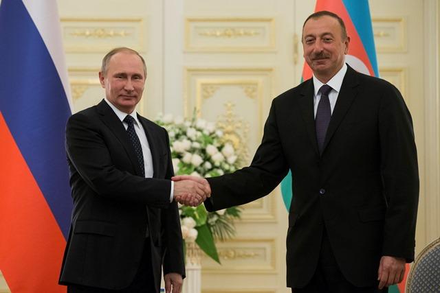 Ruský prezident Vladimir Putin (vľavo) si podáva ruku so svojím azerbajdžanským partnerom Ilhamom Aliyjvom počas ich stretnutia v Baku