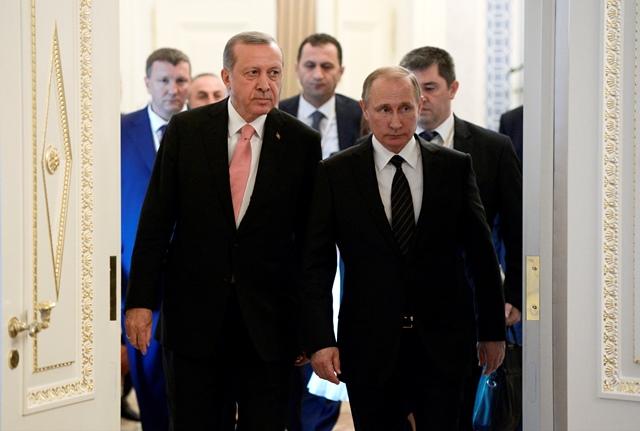 Na snímke ruský prezident Vladimir Putin (vpravo) prichádza so svojím tureckým partnerom Recepom Tayyipom Erdoganom