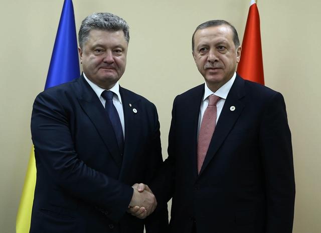 Na snímke turecký prezident  Recep Tayyip Erdogan (vpravo) si podáva ruku so svojím ukrajinským partnerom Petrom Porošenkom