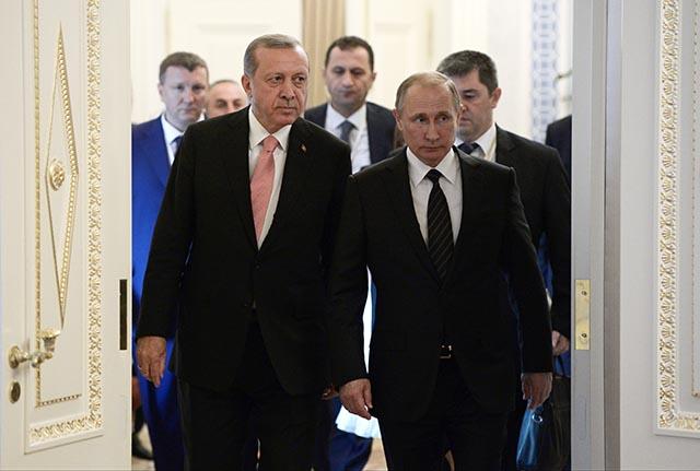 Ruský prezident Vladimir Putin (vpravo) prichádza so svojím tureckým partnerom Recepom Tayyipom Erdoganom na spoločnú tlačovú konferenciu po ich stretnutí v paláci Konstantin pri Petrohrade.